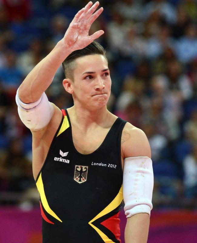 Alemão Marcel Nguyen acena para o público após finalizar sua apresentação nas barras paralelas; ele ficou com a medalha de prata