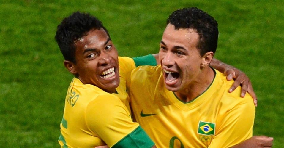 Alex Sandro abraça o artilheiro Leandro Damição durante a semifinal dos Jogos de Londres