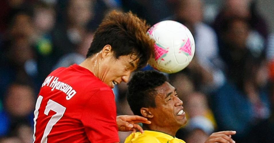 Alex Sandro e Kim Hyun-sung disputam a bola pelo alto durante a partida entre Coreia do Sul e Brasil pelos Jogos de Londres
