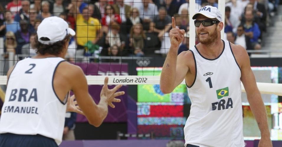 Alison e Emanuel comemoram ponto durante a vitória sobre dupla da Letônia, na semifinal em Londres