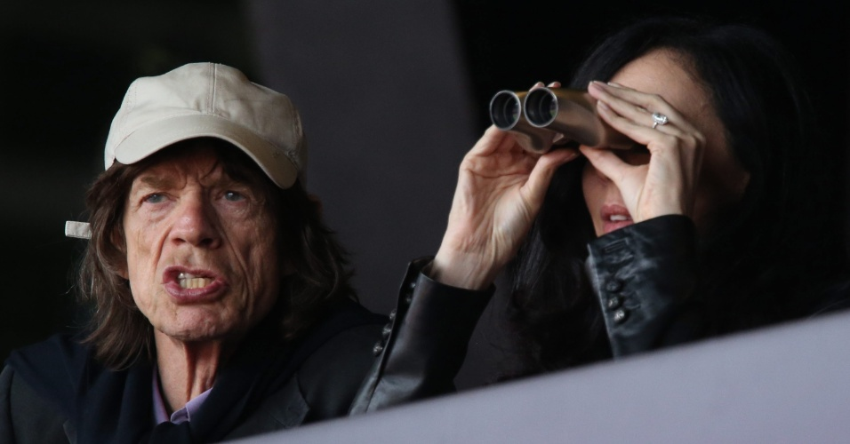 Ao lado da namorada, a estilista L'wren Scott, Mick Jagger acompanha provas do atletismo no Estádio Olímpico de Londres