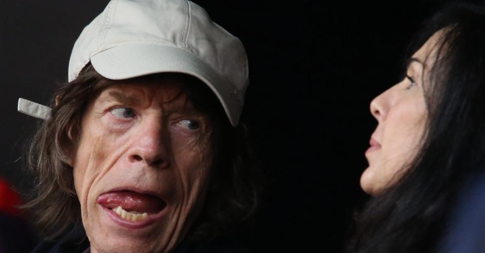 Ao lado da namorada, a estilista L'wren Scott, Mick Jagger prestigia provas do atletismo no Estádio Olímpico