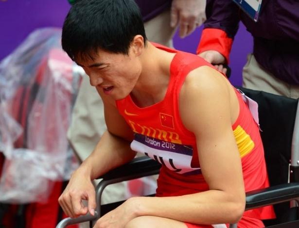 07.ago.2012 - Após queda na disputa dos 110m com barreiras em Londres, Liu Xiang saiu do estádio olímpico de cadeira de rodas