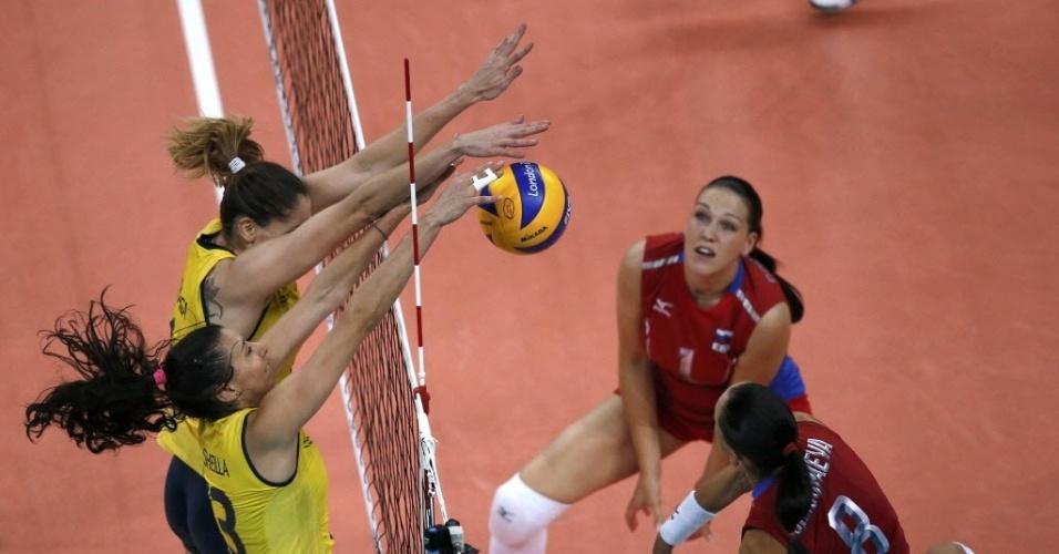 As brasileiras bloqueiam o ataque da russa Nataliya Goncharova