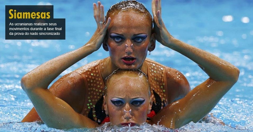 As ucranianas realizam seus movimentos durante a fase final da prova do nado sincronizado