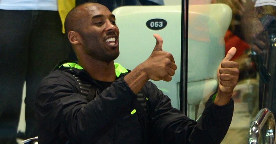 Astro do basquete Kobe Bryant acena enquanto acompanha final do revezamento 4x100m medley masculino nos Jogos de Londres