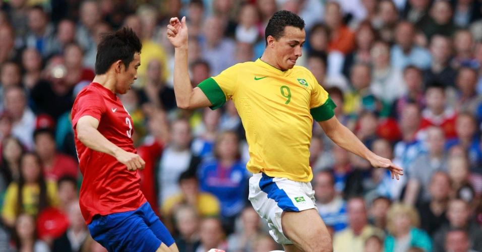 Atacante Leandro Damião finaliza a gol durante a partida contra a Coreia do Sul pelas semifinais dos Jogos de Londres
