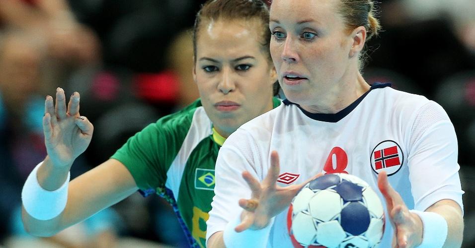 Atleta norueguesa trabalha a bola em jogo contra o Brasil nas quartas de final do handebol feminino