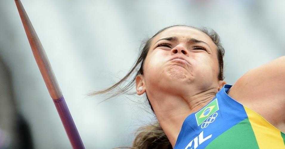 Brasileira Laila Ferer e Silva compete no lançamento do dardo durante as eliminatórias