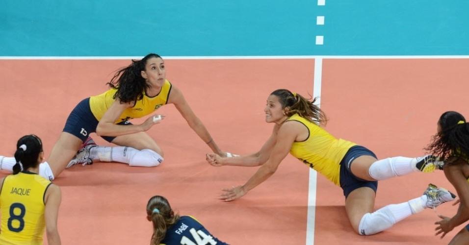 Brasileiras se jogam no chão da tentativa de salvar bola em duelo contra a Rússia