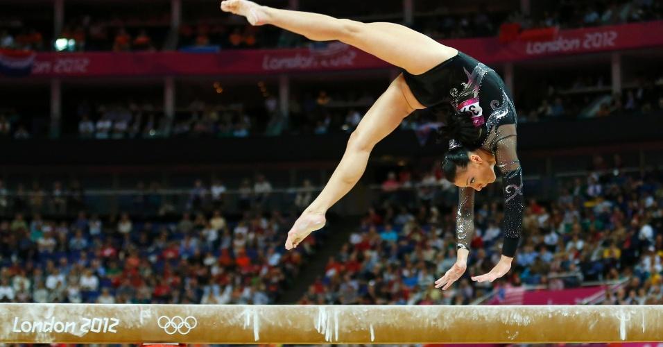 Catalina Ponor se apresenta na trave; beneficiada por quedas de outras ginastas, ela chegou a ter a medalha de bronze, mas uma revisão da nota de Alexandra Raisman tirou a romena do pódio