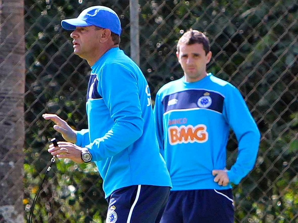 Celso Roth comanda treino do Cruzeiro na Toca da Raposa II (7/8/2012)