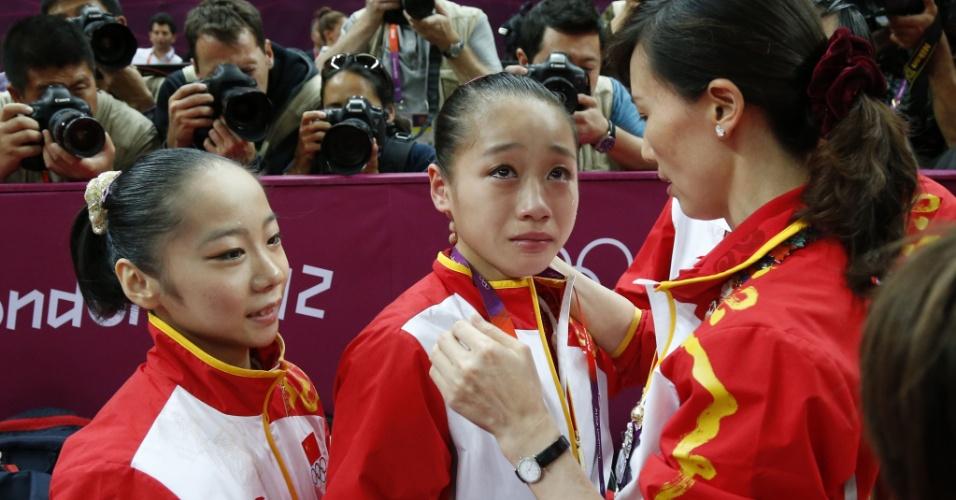 Chinesa Sui Lu (c) chora ao ser confirmada sua medalha de prata na final de trave