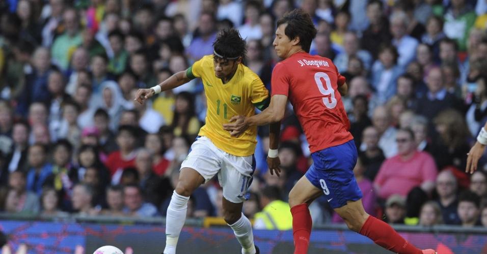Com marcação apertada de Ji Dongwon, Neymar carrega a bola durante a semifinal dos Jogos de Londres