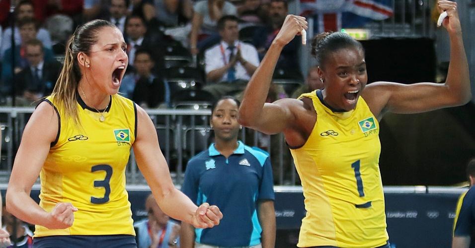 Dani Lins (esq) e Fabiana comemoram muito ponto do Brasil na partida contra as russas