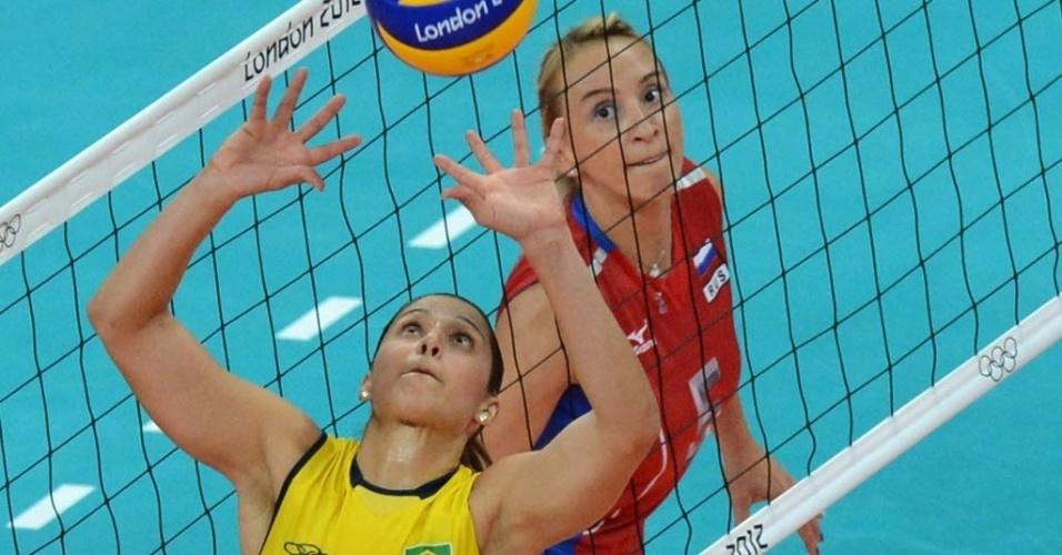 Dani Lins faz o levantamento na partida entre Brasil e Rússia pelas quartas de final dos Jogos de Londres