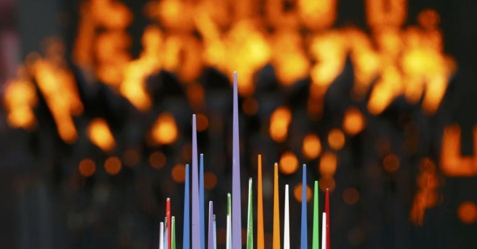 Dardos são vistos em frente à pira olímpica dos Jogos de Londres