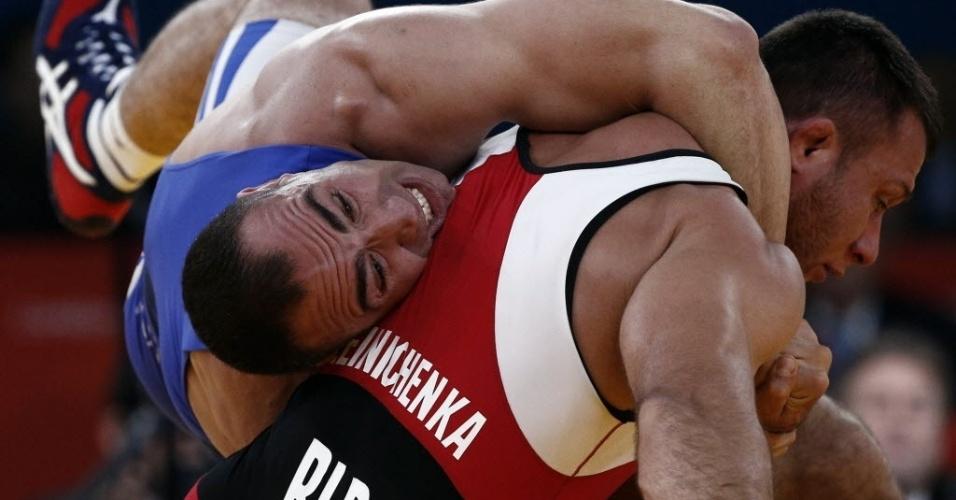 Egípcio Mohamed Mohamed agarra o rival bielorusso durante a disputa da categoria até 96 kg da luta olímpica
