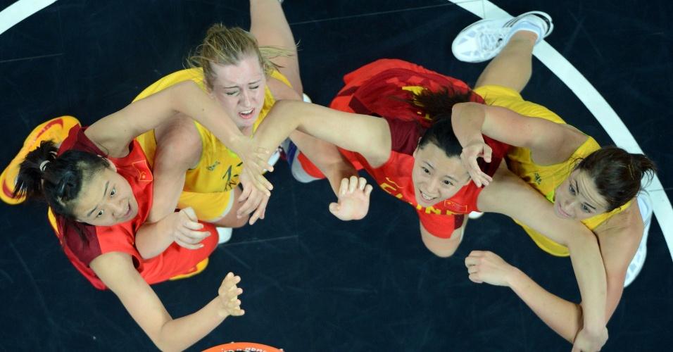 Empurra-empurra de atletas de China e Austrália no garrafão durante partida válida pelas quartas de final
