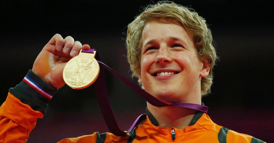 Epke Zonderland, ginasta da Holanda, exibe medalha de ouro na final da barra fixa