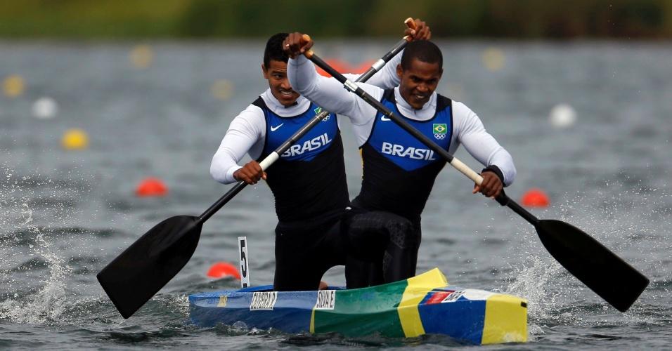 Erlon Silva, à direita, e Ronilson Oliveira disputam semifinal dos 1000m de canoagem por duplas