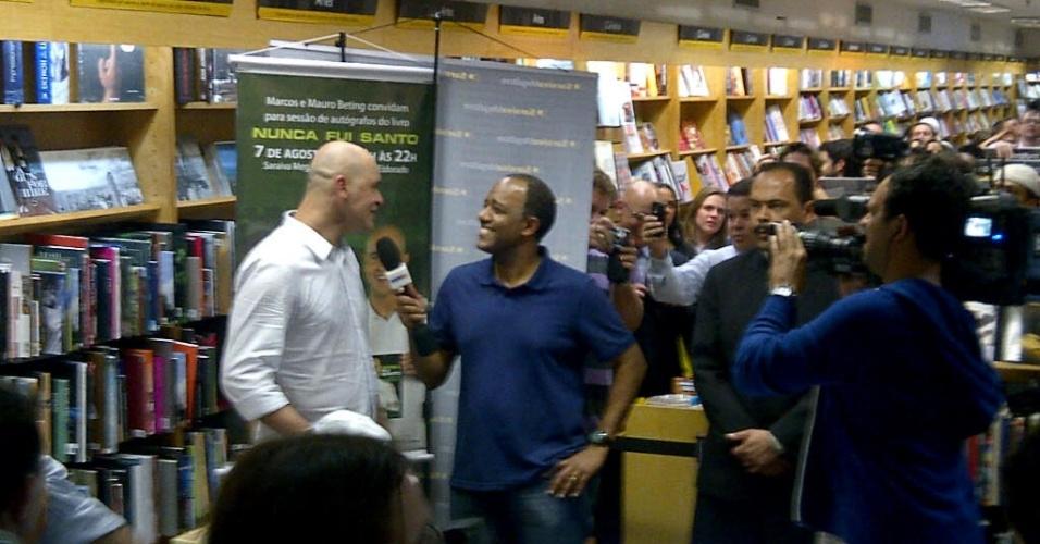 Ex-goleiro Marcos atende a imprensa no lançamento de sua biografia