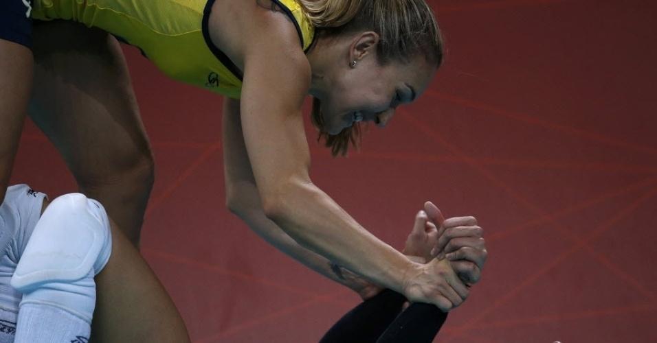 Fernandinha comemora com a líbero Fabi (chão) a classificação para a semifinal nos Jogos de Londres