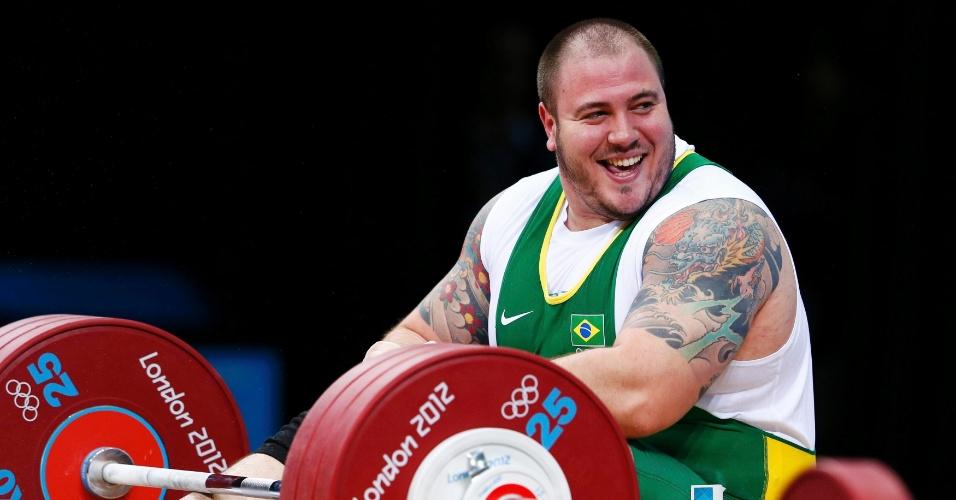 Fernando Saraiva Reis sorri ao cair em tentativa de levantar 186kg na prova de arranque