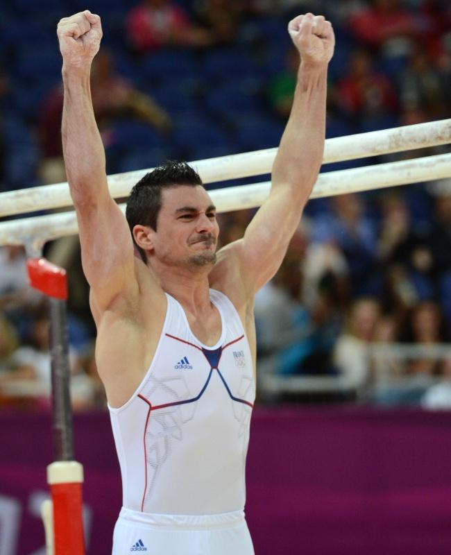 Francês Hamilton Sabot fica satisfeito ao finalizar sua série na final de barras paralelas; ele conquistou a medalha de bronze