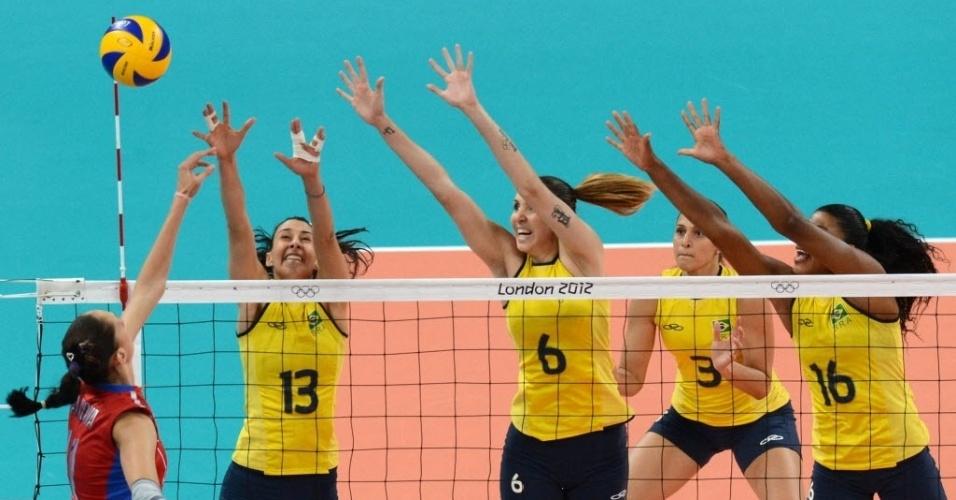 Gamova tenta o ataque contra o triplo brasileiro