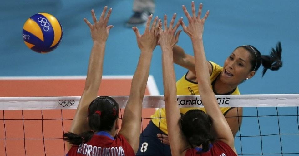 Jaqueline ataca e tenta passar pelas russas em partida pelos Jogos de  Londres