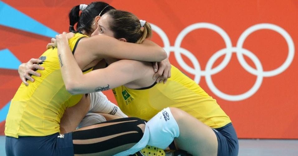 Jaqueline (esq) e Thaisa se abraçam na comemoração da vitória brasileira contra a russa