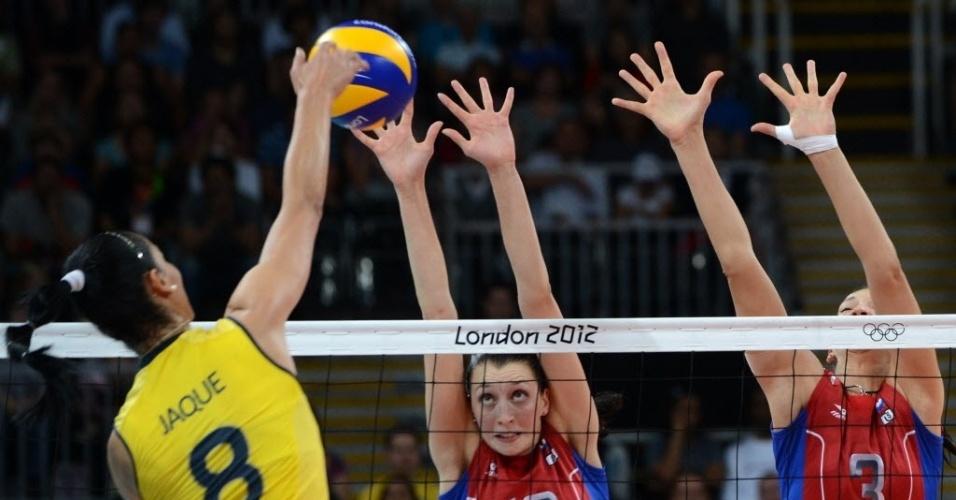 Jaqueline tenta passar pelo bloqueio russo na partida pelas quartas de final