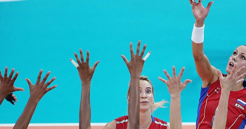 Jogadora russa tenta passar pelo triplo brasileiro