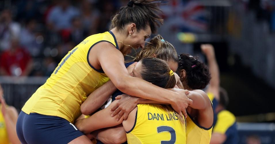 Jogadoras da seleção brasileira de vôlei se abraçam ao final da partida contra a Rússia