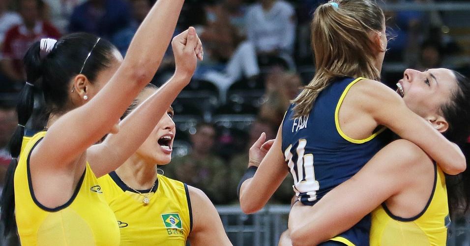 Jogadoras da seleção brasileira vibram com ponto contra a Rússia