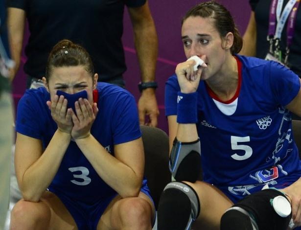 Jogadoras da seleção de handebol da França choram após derrota para Montenegro nas quartas de final