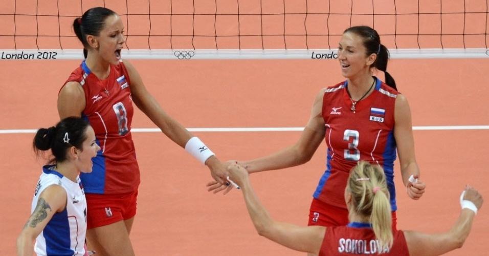 Jogadoras da seleção russa comemoram ponto contra o Brasil