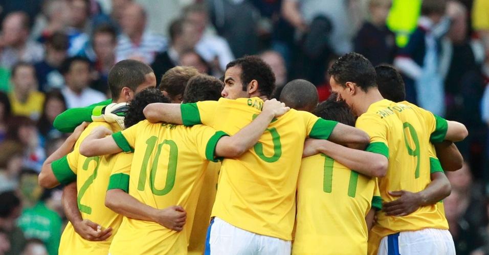 Jogadores da seleção brasileira se reúnem antes do início da partida contra a Coreia do Sul, pelas semifinais dos Jogos