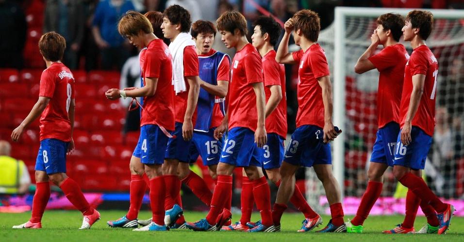 Jogadores sul-coreanos caminham após a derroa para o Brasil por 3 a 0 na semifinal dos Jogos de Londres
