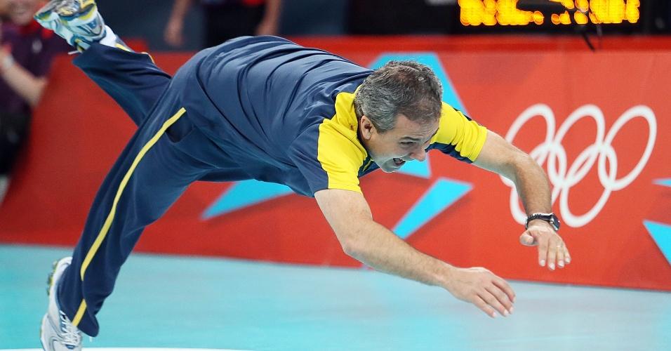 José Roberto Guimarães dá um peixinho na quadra para comemorar vitória da seleção sobre a Rússia