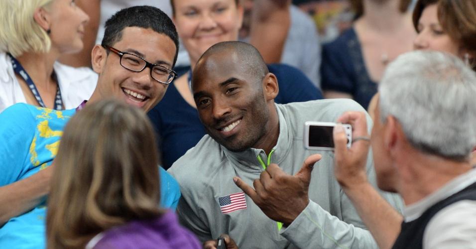 Kobe Bryant faz pose para fotos, durante duelo entre Estados Unidos e Brasil no torneio feminino de basquete dos Jogos de Londres