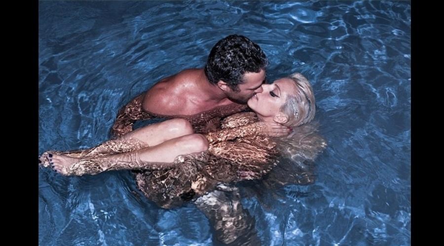 Lady Gaga beijou o namorado, Taylor Kinner, dentro de uma piscina (6/8/12)