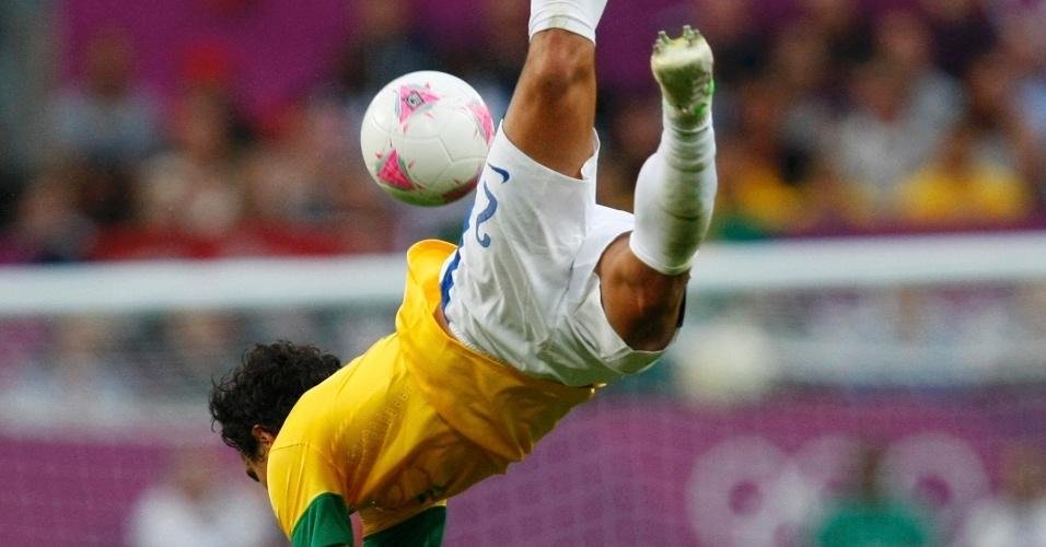 Lateral direito Rafael se choca com o sul-coreano Kim Hyun-sung e leva a pior na semifinal dos Jogos de Londres