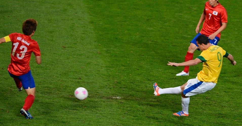 Leandro Damião aproveita sobra de bola e finaliza para ampliar o placar na partida contra a Coreia do Sul