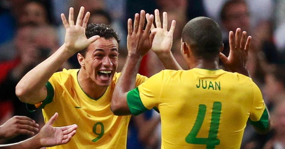 Leandro Damião comemora seu primeiro gol na partida contra a Coreia do Sul com o zagueiro Juan