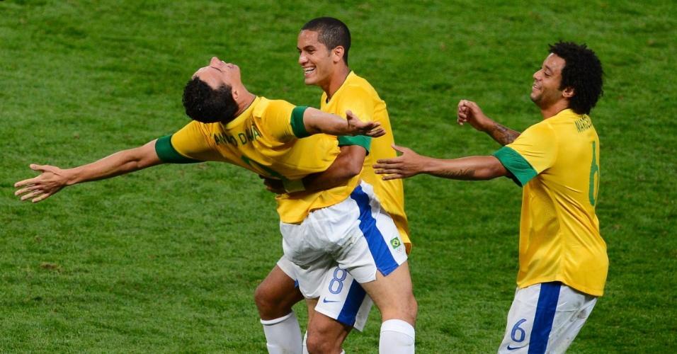 Leandro Damião comemora seu segundo gol no jogo, o terceiro do Brasil, na vitória sobre a Coreia do Sul pela semifinal dos Jogos