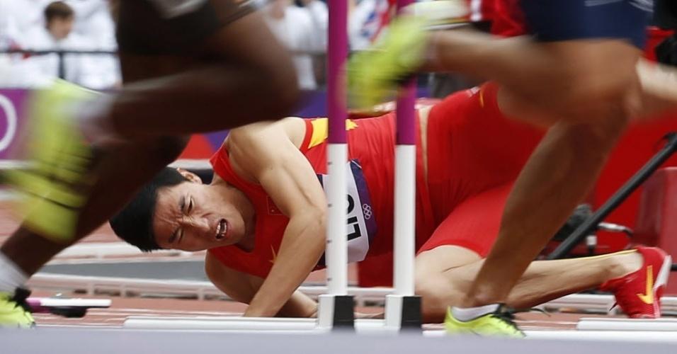 Liu Xiang fica no chão após sofrer queda na primeira barreira dos 100 m