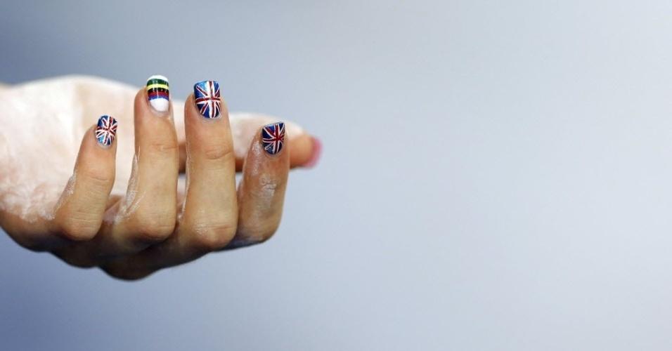 Mão de ciclista com as unhas pintadas nas cores da bandeira do Reino Unido e do arco-íris