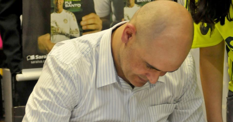 Marcos autografa livro no lançamento de sua biografia em livraria de São Paulo